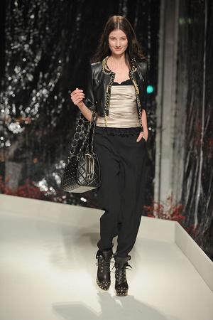Показ Moschino Cheap & Chic коллекции сезона Осень-зима 2010-2011 года prêt-à-porter - www.elle.ru - Подиум - фото 150523