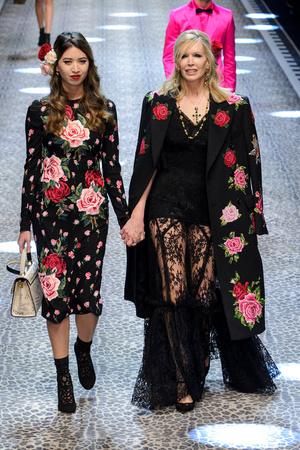 Показ Dolce & Gabbana коллекции сезона Осень-зима 2017-2018 года Prêt-à-porter - www.elle.ru - Подиум - фото 619374
