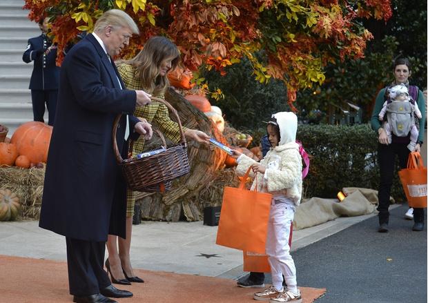 Хэллоуин в Белом доме: Мелания Трамп в желтом платье-пальто Bottega Veneta (фото 6)