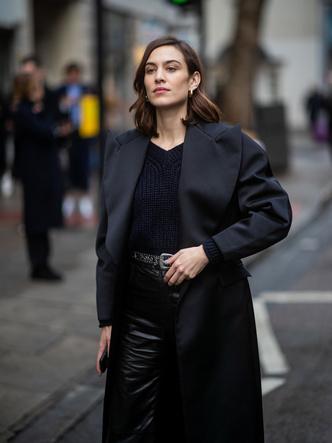 Кожаные брюки, вязаный топ и черное пальто: Алекса Чанг в Лондоне (фото 1)