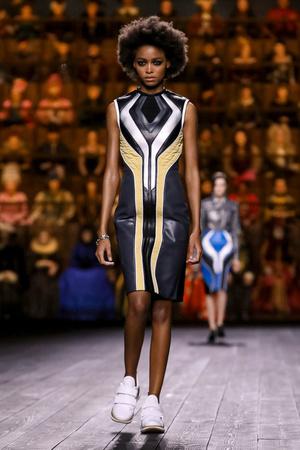 Как носить пуховик с вечерним платьем? Ответ найдете на показе Louis Vuitton (фото 5.2)