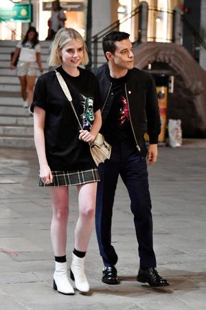 Prada на двоих: Люси Бойнтон и Рами Малек носят одинаковые футболки (фото 1.1)