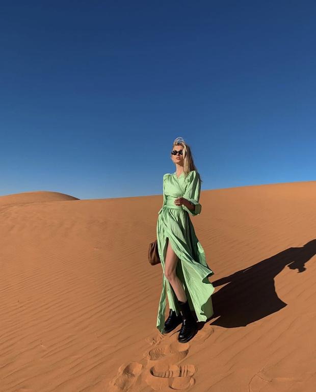 Эльза Хоск в шелковом платье главного оттенка 2020 года (фото 2)