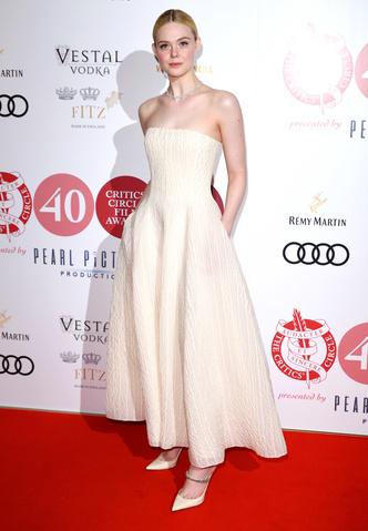 Вневременная элегантность: Элль Фэннинг в платье А-силуэта (фото 1.1)