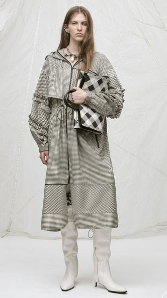 Инструкция: как нескучно носить ветровки и дождевики (фото 6)