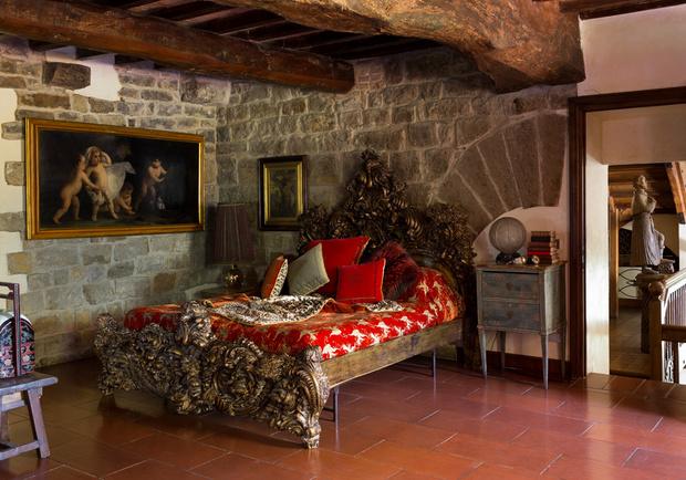 Спальня оформлена в красных и золотых тонах — это любимое сочетание цветов Роберто Кавалли. Большинство предметов обстановки выполнено по его эскизам.
