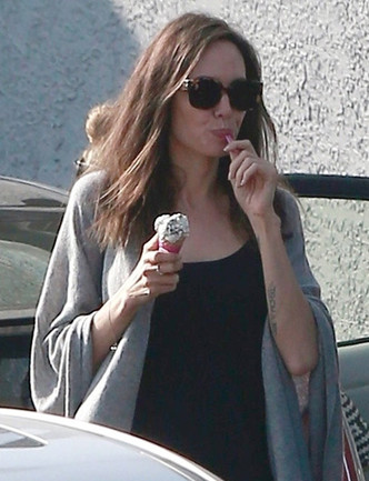 Анджелину Джоли сфотографировали за едой во время шопинга в Лос-Анджелесе фото [1]