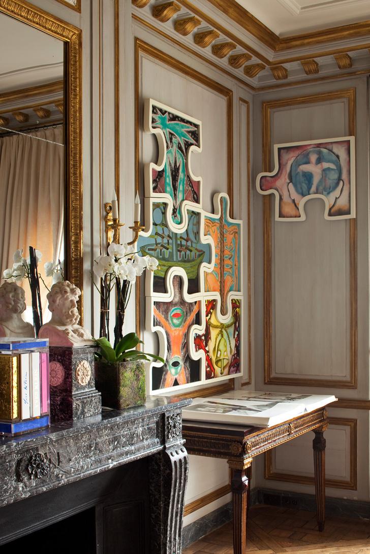 Фрагмент гостиной. На стене работа Франческо Клементе. Справа от камина с порталом из серого мрамора — итальянская консоль XVIII века.