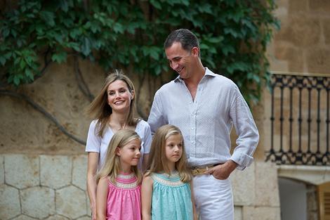 Король Испании Фелипе с супругой Летисией и дочерями Леонор и Софией