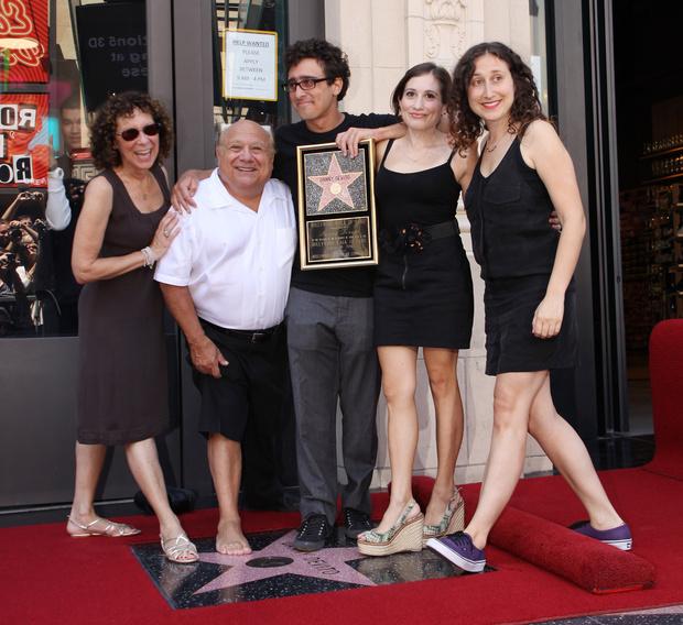 Реа Перлман и Дэнни Де Вито с детьми