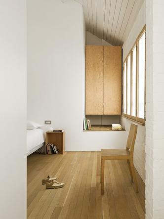 Спальня. Комод у стены — из серии Universal System, созданной Джаспером для Cappellini.