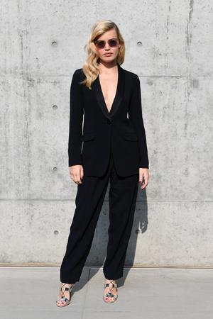 По фигуре: Джорджия Мэй Джаггер в черном костюме на показе Emporio Armani (фото 1.1)