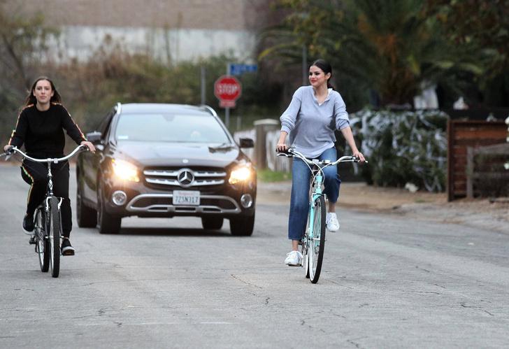 Фото дня: счастливая Селена Гомес на велопрогулке в Калифорнии фото [2]