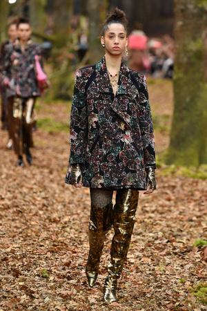 Показ Chanel коллекции сезона осень-зима  2018-2019 года Prêt-à-porter - www.elle.ru - Подиум - фото 716071