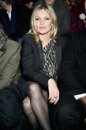 Первый ряд: Рози Хантингтон-Уайтли и Кейт Мосс на шоу Saint Laurent (фото 3.2)