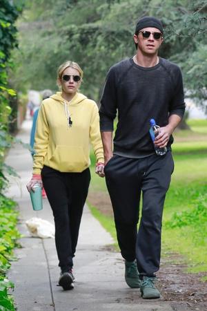 Эмма Робертс и Гаррет Хедлунд на прогулке (фото 0.1)