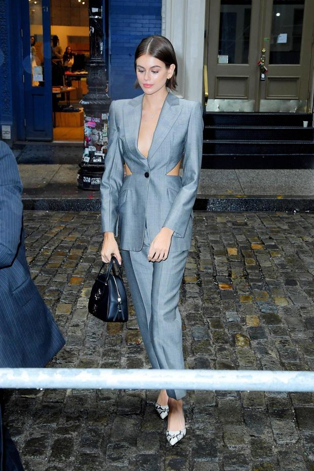 Пиджак с «голой» спиной и вырезами по бокам: Кайя Гербер в самом необычном брючном костюме (фото 1)