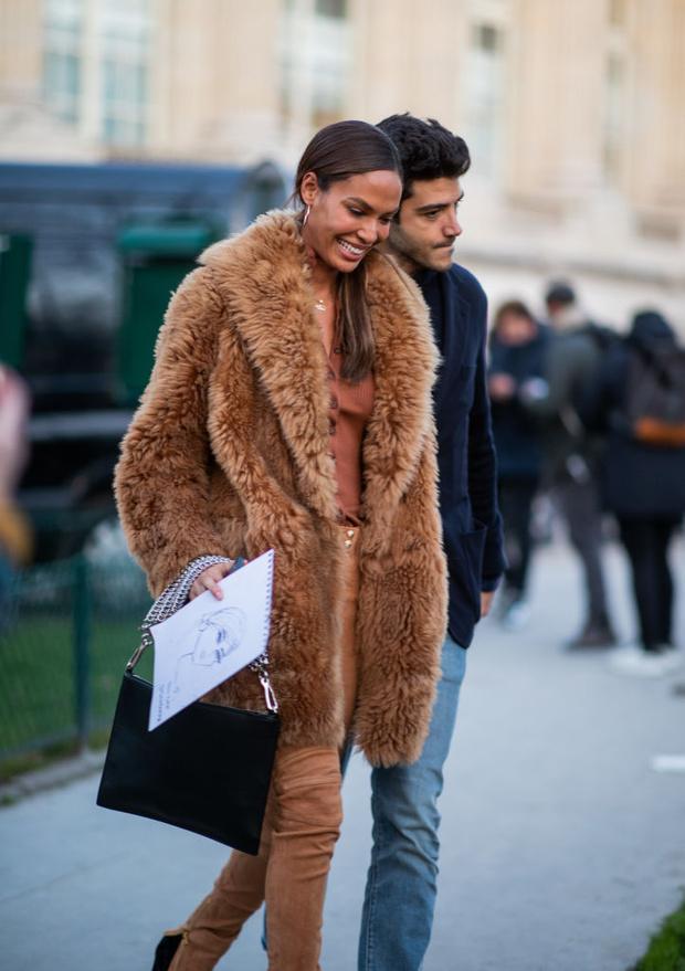 Как носить песочные оттенки зимой? Супермодель Джоан Смоллс и ее зимний образ в Париже (фото 3)