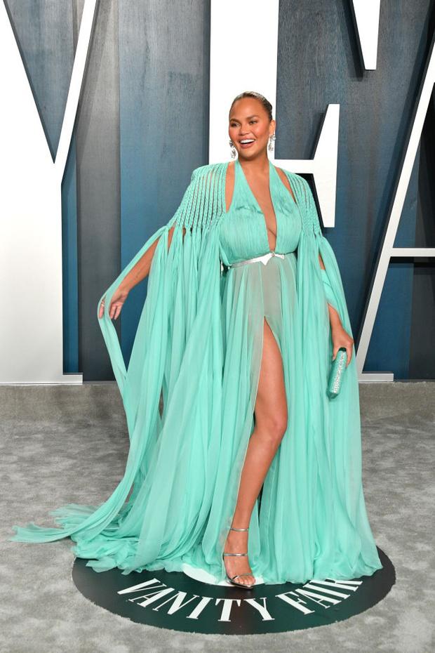 Завораживающее «голое» платье морской волны: Крисси Тейген после «Оскара» (фото 2)