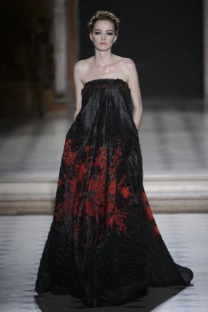 Показ Tony Ward коллекции сезона Осень-зима 2015-2016 года Haute couture - www.elle.ru - Подиум - фото 597534