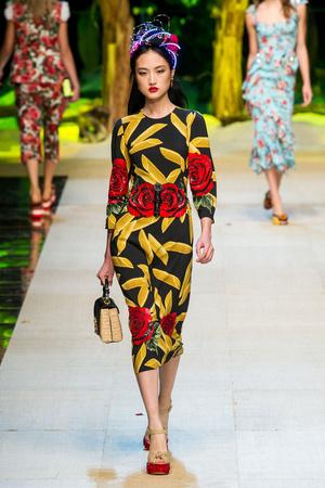 Показ Dolce & Gabbana коллекции сезона Весна-лето  2017 года Prêt-à-porter - www.elle.ru - Подиум - фото 610616