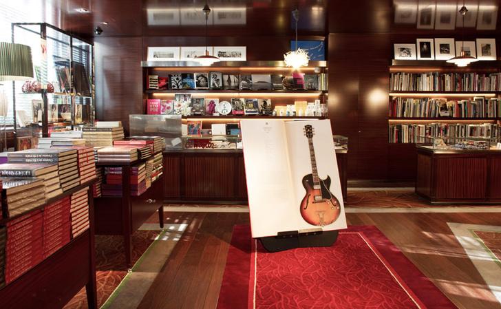 Магазин с предметами современного дизайна и книгами по искусству Art Bookstore.