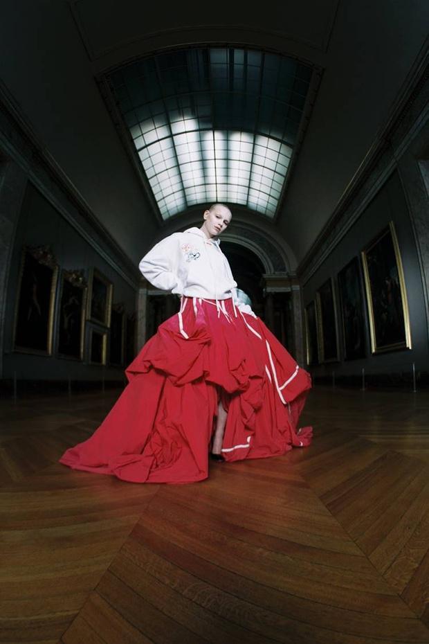 Какая знаковая марка одежды выпустила мерч для Лувра? (фото 1)