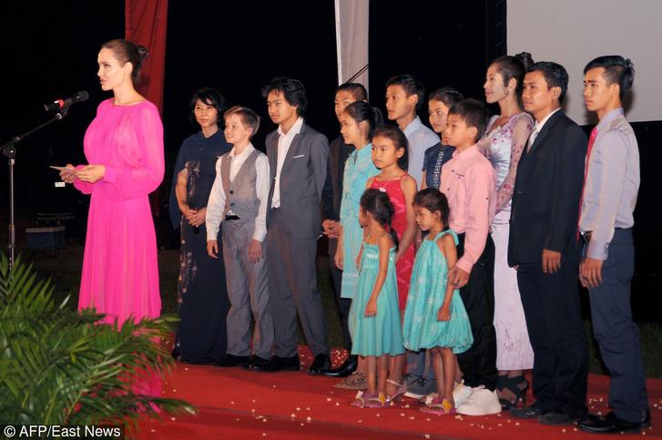 Фото дня: Анджелина Джоли с детьми на премьере в Камбодже