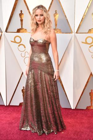 Золотой век: Дженнифер Лоуренс в Dior на премии «Оскар-2018» (фото 1)