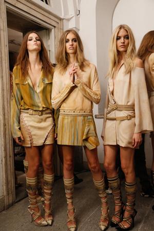 Показ Versace коллекции сезона Весна-лето 2013 года Prêt-à-porter - www.elle.ru - Подиум - фото 439619