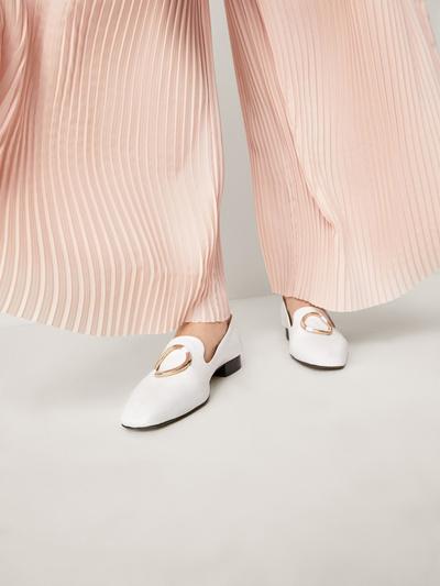Белоснежные туфли — вещь, которую действительно нужно купить в этом сезоне (галерея 2, фото 19)