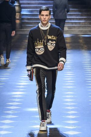 Показ Dolce & Gabbana коллекции сезона Осень-зима 2017-2018 года Men prêt-à-porter - www.elle.ru - Подиум - фото 614496