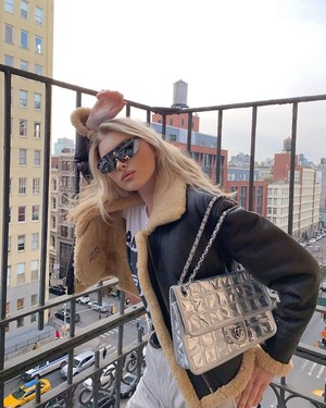 Из будущего: Эльза Хоск в очках District Vision с винтажной сумкой Chanel (фото 0.1)