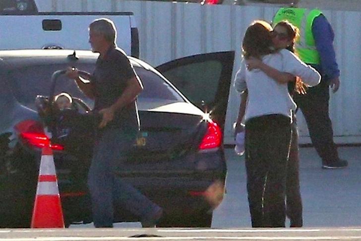 Фото дня: Джордж и Амаль Клуни с детьми в Лос-Анджелесе фото [2]
