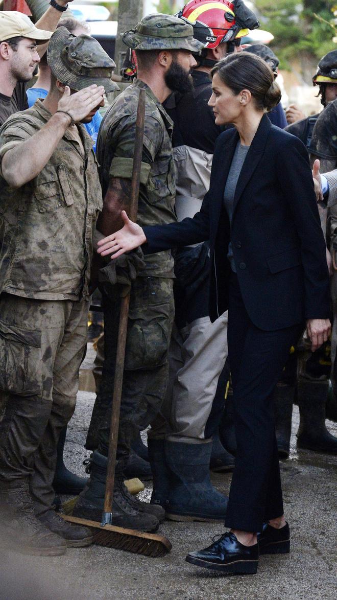 Королева Летиция показывает, с чем носить мужские ботинки этой осенью (фото 2)