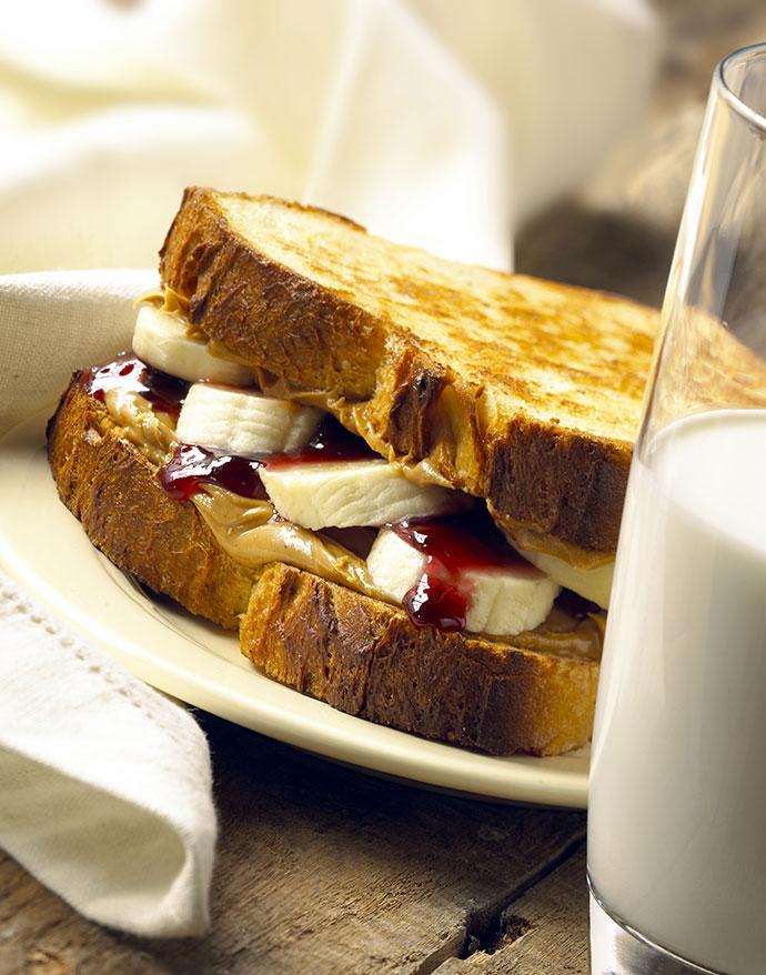 Сладкий сэндвич с бананом и корицей