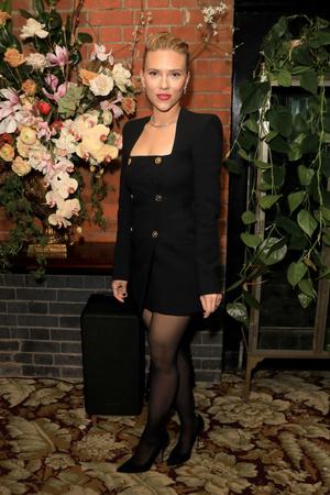 Маленькое черное платье + алая помада: Скарлетт Йоханссон на вечеринке Netflix (фото 0.1)