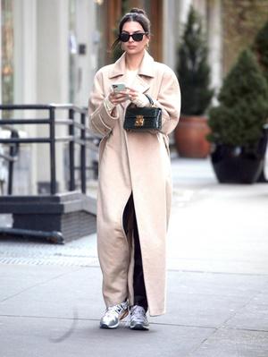Очень длинное пальто - тренд будущего сезона: пример Эмили Ратаковски (фото 1.2)