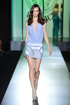 Показ Atelier Versace коллекции сезона Осень-зима 2012-2013 года Haute couture - www.elle.ru - Подиум - фото 402906