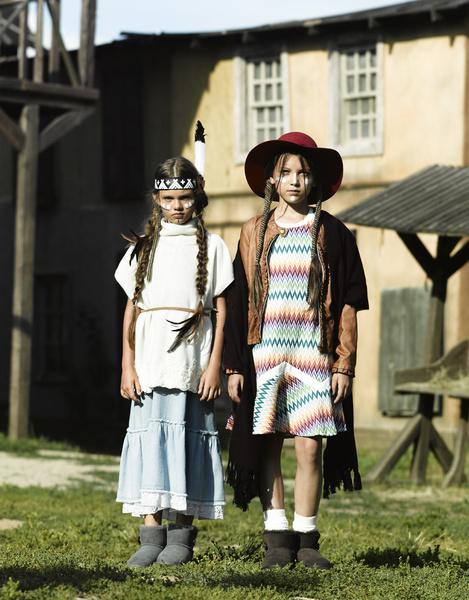 На Диане (слева): юбка из денима, свитер, все — Ermanno Scervino; сапоги, UGG Australia. На Ане: куртка из кожи, Monnalisa; платье, Missoni; шляпа, Bonpoint; сапоги, UGG Australia