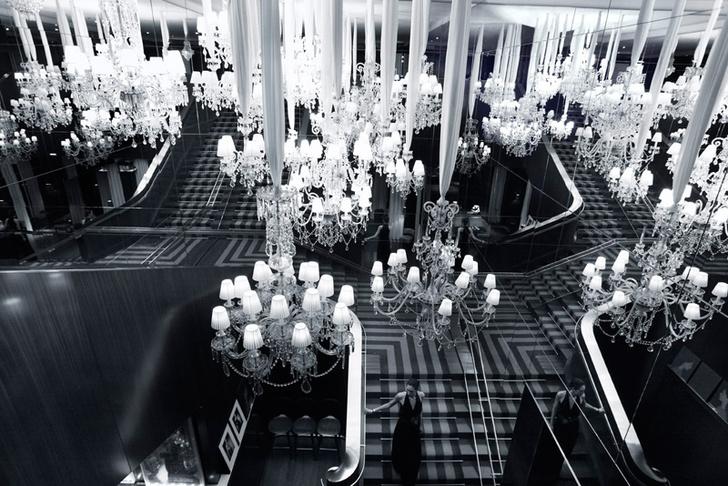 Инсталляция из люстр Baccarat в лобби отеля.