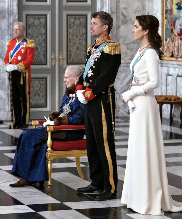 Снегурочка-2020: принцесса Дании встретила новую декаду в белом шелке и лавандовых туфлях (фото 1)
