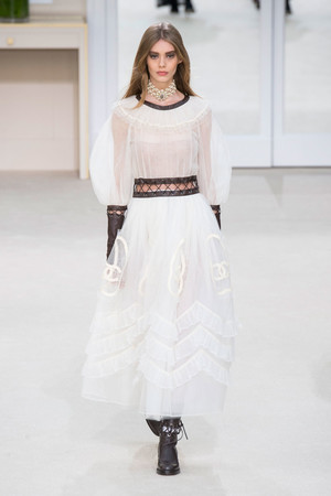 Показ Chanel коллекции сезона Осень-зима 2016-2017 года prêt-à-porter - www.elle.ru - Подиум - фото 605673