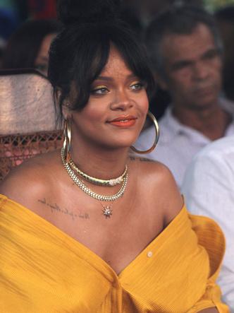 Рианна в желтом платье Hellessy Spring посетила церемонию на Барбадосе (фото 2)