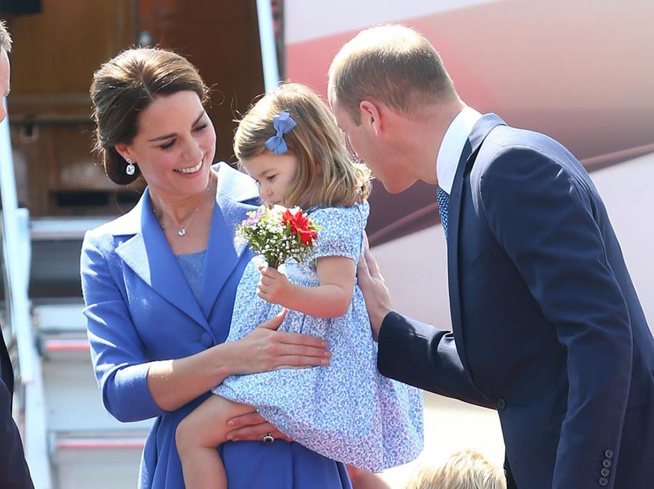 Кейт Миддлтон и принц Уильям с принцессой Шарлоттой