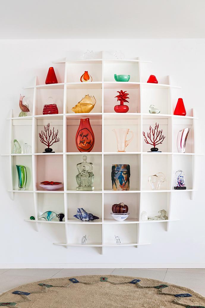 Разложить по полочкам: 15 симпатичных вариантов настенных полок и стеллажей (галерея 0, фото 3)