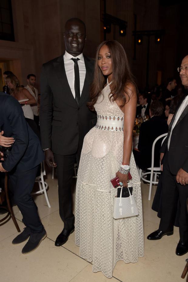 Абсолютно «голое» платье и еще три королевских наряда супермодели Наоми Кэмпбелл за один вечер (фото 9)