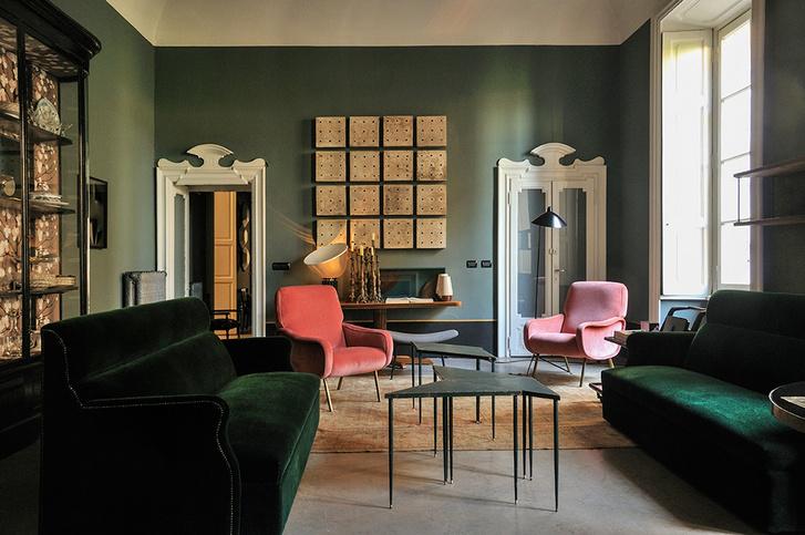 Квартира в миланском районе Брера служит дизайн-бюро Dimore Studio шоу-румом: дуэт Бритт Моран и Эмилиано Сальци занимается дизайном мебели и оформлением интерьеров. В своих проектах они активно используют винтажные предметы 1950–1960-х годов, дополняя их собственными объектами. Розовые кресла в глубине комнаты — произведения знаменитого итальянского дизайнера Джо Понти. На стене — декоративное панно, дизайн Dimore Studio.