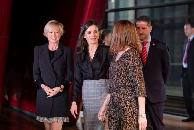 Офисный стиль: королева Летиция в блузке Sandro и юбке Massimo Dutti (фото 1)