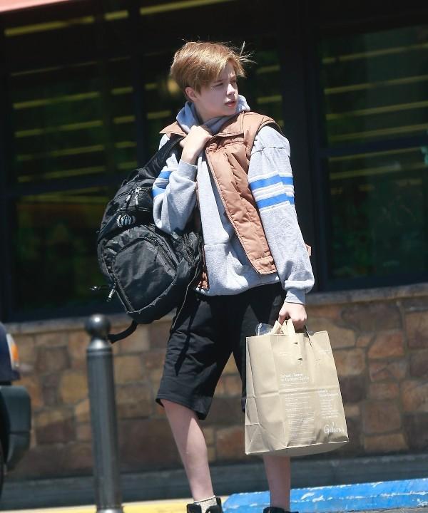 На маму или на папу? Шайло Джоли-Питт на прогулке в Лос-Анджелесе